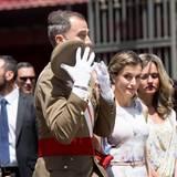 Haltet den königlichen Hut! König Felipes Kopfbedeckung macht sich im Wind selbständig.