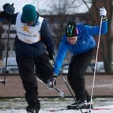 Achtung, Stolpergefahr! Ein Skiläufer vor Prinz Daniel bleibt hängen und kommt ins Straucheln. Der Prinz, erfahren im Umgang mit langen Kleidern als Stolperfallen, springt ein und hilft.