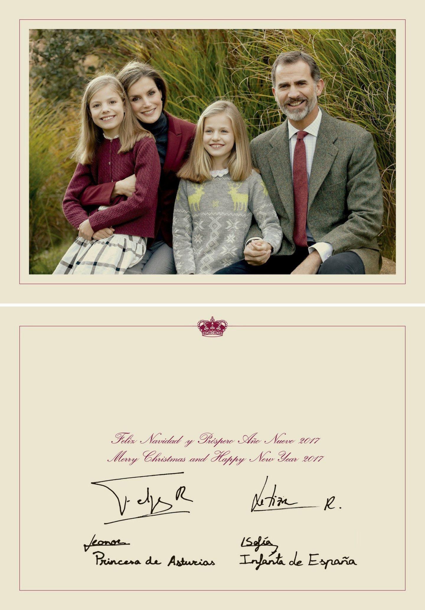 Prinzessin Sofia, Königin Letizia, Prinzessin Leonor und König Felipe grüßen traditionell zu Weihnachten mit einem Familienfoto auf einer unterschriebenen Karte.