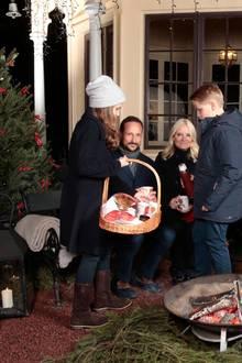 20. Dezember 2016  Gegen die Kälte wird die norwegische Königsfamilie mit warmen Getränken versorgt und für das leibliche Wohl werden Kekse verteilt.