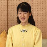 1. Dezember 2016  Prinzessin Aiko wird 15 Jahre al! Aus diesem Anlass veröffentlicht der Hof neue Bilder der Prinzessin, die zeigen, wie sie sich in den letzten Monaten verändert hat. Zuletzt hatten Schlagzeilen über Aikos Fernbleiben von der Schule aus gesundheitlichen Gründen. Sie leide unter Erschöpfung nach den sommerlichen Examen und der Vorbereitung auf eine Sportveranstaltung hatte es geheißen. Prinzessin Masako habe ihr Tochter Anfang Oktober zu Untersuchungen ins Krankenhaus gebracht, wo man allerdings keine gravierenden gesundheitlichen Probleme gefunden habe.