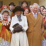 10. Dezember 2016   Die diesjährige Weihnachtskarte von Prinz Charles und Herzogin Camilla ist ein Foto von ihrer Kroatien Reise. Es ist ein farbenfrohes Bild mit Folklorekünstlern und hängt am Weihnachtsbaum im Clarence House in London.