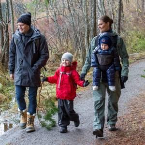 19. Dezember 2016   Frohe Weihnachten! Warm eingepackt, bei einem Waldspaziergang im Nationalpark Tyresta, senden Kronprinzessin Victoria und Prinz Daniel und ihre Kinder Estelle und Oscar Weihnachtsgrüße an alle.