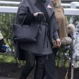 16. Dezember 2016   ... hat sie in einen dunkelgrauen Tweed-Mantel gehüllt. Dazu kombiniert sie Röhrenhose und schicke Stiefeletten. Die Schwangerschaft steht Zara Phillips richtig gut.