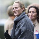 """16. Dezember 2016   Zara Phillips beobachtet in Ascot ihr Pferd """"Somewhere To Be"""". Sie hat allen Grund zu strahlen: Die Queen-Enkelin ist schwanger und erwartet ihr zweites Kind. Ihren Babybauch ..."""