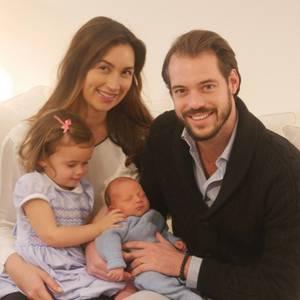 6. Dezember 2016  Der Hof veröffentlicht rund eine Woche nach der Geburt von Liam Henri Hartmut das erste Familienfoto. Der kleine Prinz erblickte am 28. November das Licht der Welt.