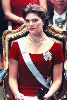 1995  Sehr ernst nimmt Prinzessin Victoria an ihrer ersten Nobelpreisverleihung teil.