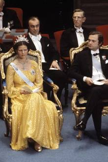 1976  Das Königspaar lauscht den Reden. Links und rechts von Silvia und Carl Gustaf haben Prinz Bertil und Prinzessin Lilian ihre Plätze.