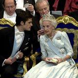 2001  Prinz Carl Philip flüstert Prinzessin Lilian etwas zu, während die Verleihung läuft.