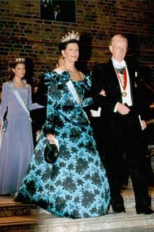 1997  Wie in jedem Jahr geleiten die Preisträger die royalen Damen zum Bankett.