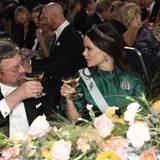 Mit einem Gläschen Sekt prostet Prinzessin Sofia ihrem Sitznachbarn Michael Kosterlitz zu, der den Nobelpreis für Physik erhalten hat.