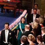 Prinzessin Sofia, Prinz Carl Philip, Chris O'Neill und Prinzessin Madeleine kommen zu ihren Plätzen im Konzerthaus.