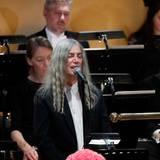 Patti Smith tritt mit einem Bob-Dylan-Song auf, zu Ehren des Sängers, der seinen Preis nicht selbst entgegengenommen hat.