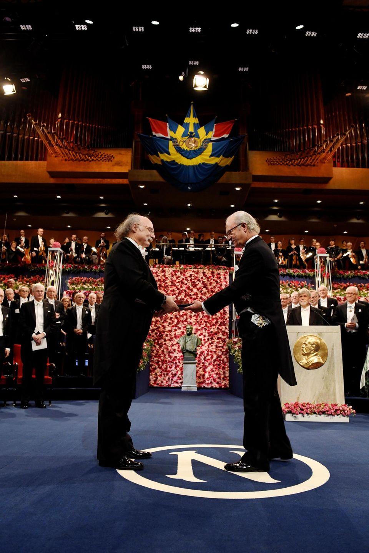 König Carl Gustaf überreicht die Nobelpreise nacheinander. Nur den für Literatur für Bob Dylan nicht. Der Sänger ist nicht in Stockholm.