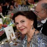 Sehr schick sieht Königin Silvia in Blau und Silber aus.