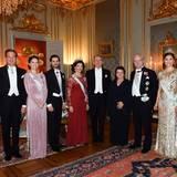 Die königliche Familie posiert beim abendlichen Dinner noch einmal für ein gemeinsames Foto und nimmt dabei einen der Laudatoren in die Mitte.
