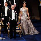 König Carl Gustaf, der die Preise überreicht, Königin Silvia, Prinzessin Victoria und Prinz Daniel sitzen oben auf der Bühne. Die übrigen Familienmitglieder sitzen im Parkett.