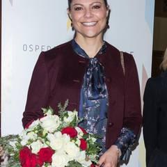 Dort bekommt Prinzessin Victoria einen hübschen Blumenstrauß in den italienischen Landesfarben Grün, Weiß und Rot geschenkt.