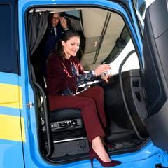 Im Mailänder Volvo-Werk schauen sich Prinzessin Victoria und Prinz Daniel die Fahrerkabine eines Lastwagens der schwedischen Marke von innen an.