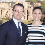 In Rom strahlt die Sonne, als Victoria und Daniel sich die Zeit nehmen, vor der historischen Kulisse für ein Fotos zu posieren.