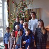 """24. Dezember 2016  Via Facebook bekommen die Dänen einen kleinen Einblick ins royale Weihnachtsfest. Königin Margrethe und Ehemann Henrik zeigen sich mit allen Enkelkindern vor dem geschmücken Baum und wünschen """"Glædelig jul""""."""