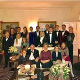 24. Dezember 2016  Weihnachten 2016 feiert die griechische Königsfamilie gemeinsam. Prinzessin Marie-Chantal postet das stimmungsvolle Gruppenbild mit Weihnachtsbaum auf Instagram.