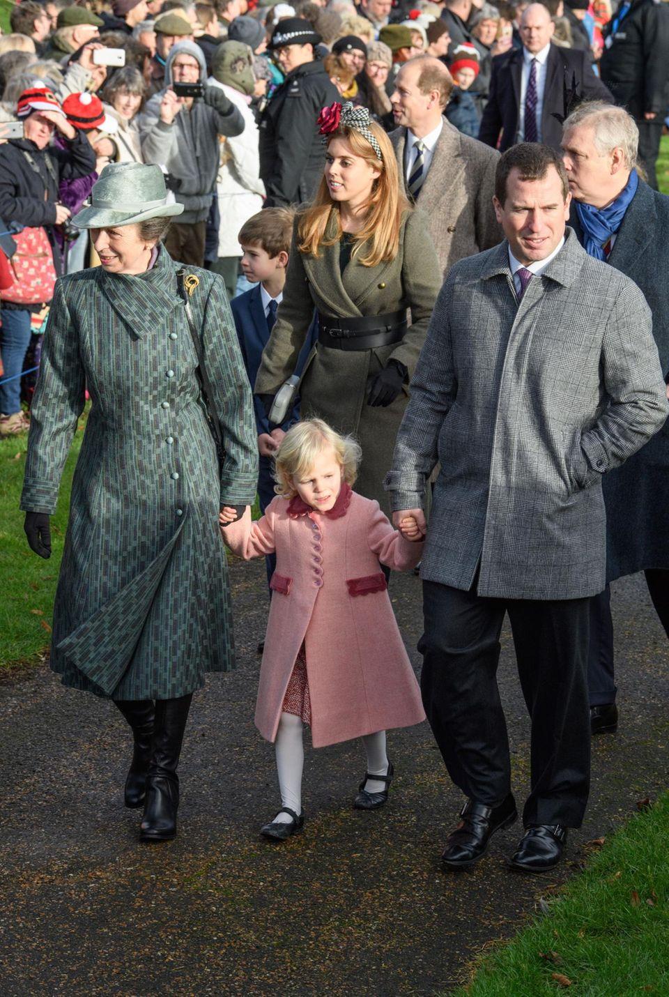 Prinzessin Anne und ihr Sohn Peter Phillips haben die kleine Isla an der Hand.