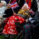 Vor der Kirchen warten schon die Menschen, um einen Blick auf die Royals zu werfen.