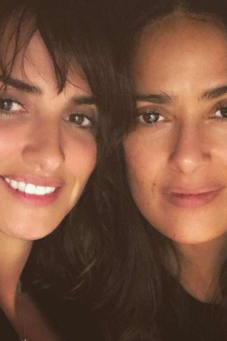 """Penèlope Cruz und Salma Hayek   """"Gute Freunde bleiben für immer"""" - postet Salma Hayek zu ihrem innigen Foto mit Penélope Cruz."""