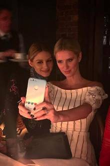 Alte Freundinnen: Olivia Palermo und Nicky Hilton nehmen sich zeit für ein Selfie im Restaurant.