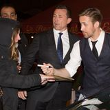 """Paris, Stadt der Liebe und ein Fan ist sicher gerade ganz besonders verliebt und sehr gücklich, denn sie ergattert gerade ein Autogramm von """"Lala Land""""-Star und Hottie Ryan Gosling."""