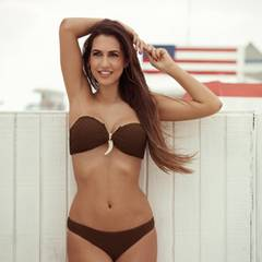 Clea-Lacy (25) , mag kräftige, dunkle Farben, auch ihre Bikiniauswahl berücksichtigt es.