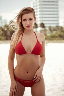 Anna, (24), im roten Bikini.