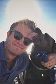 Nicht nur seine Frau ist froh darüber, dass Nico Rossberg nun mehr Zeit hat. Auch sein Hund freut sich über viel mehr Gassigehen mit ihm. Zum Dank wird dem Herrchen schön übers Gesicht geschlabbert.