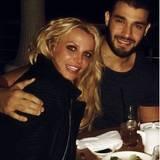 """Ins neue Jahr feiert man doch gerne an der Seite eines jungen und attraktiven Mannes rein. """"Happy new Year"""" - postet Popsternchen Britney Spears."""