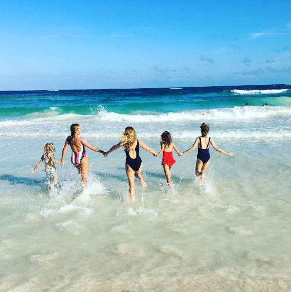 Mit Familie und Freunden ins neue Jahr rennen: Naomi Watts (rechts) zeigt uns, wie das in Mexiko gemacht wird.