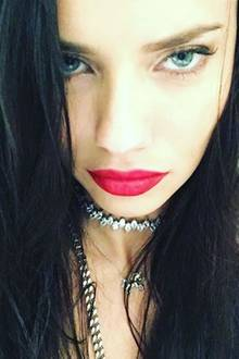 """""""Happy new Year"""" - postet Supermodel Adriana Lima und sendet uns ihre heißen grünen Augen und verführerischen roten Schmolllippen."""