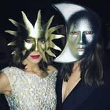 In einer verführerischen Sonnenmaske, neben ihrem Pendant, der Mondmaske, gratuliert Alexa Chung ebenfalls zum neuen Jahr.