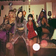 Bella Hadid (2. von links) sendet ihren Fans dieses coole Silvesterfoto.