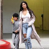 Im Visier: Mason Disick zielt mit einem Spielzeuggewehr auf die Paparazzi in Begleitung von Mutter Kourtney Kardashian in Calabasas.
