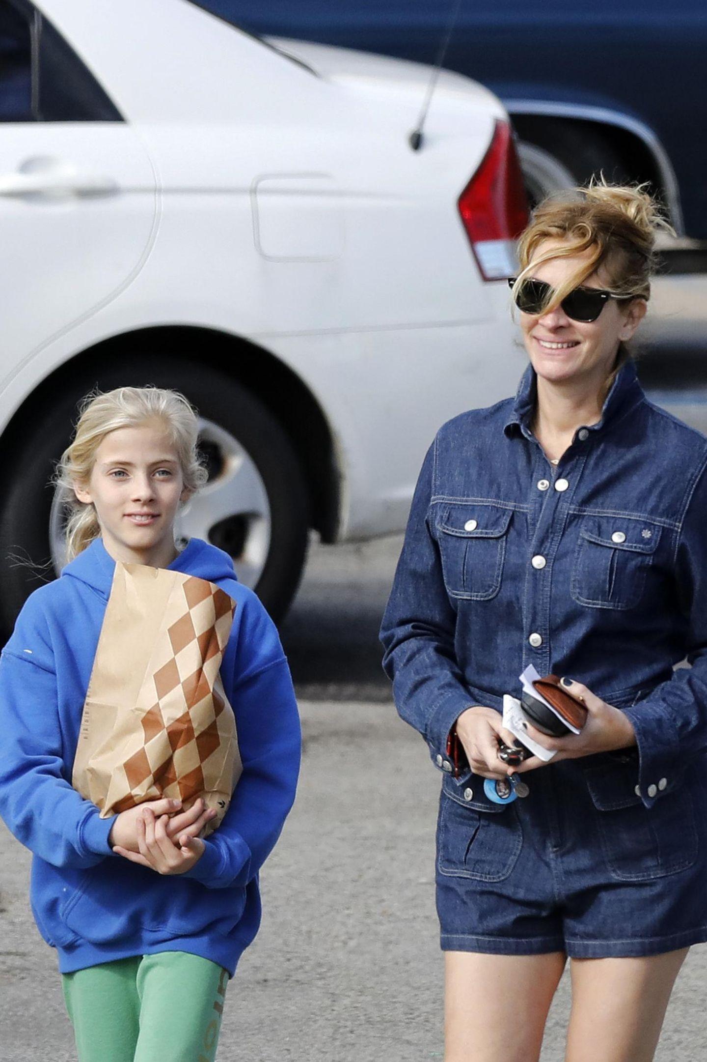 Gut gelaunt kommen Tochter Hazel Moder und Mutter Julia Roberts vom Einkauf.