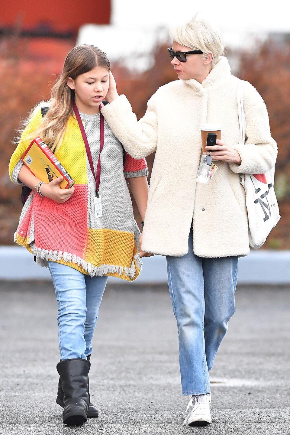 12. Januar 2017: Mütter sind doch immer und überall gleich, auch Matilda Ledger wird nicht verschont, Michelle Williams fuchtelt beim Gehen im Gesicht ihrer Tochter.