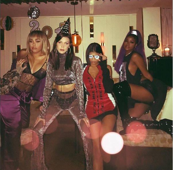 Eine cooler als die andere: Bella Hadid (2. v. l.) feiert mit ihren Freundinnen und trägt einen silbernen Zweiteiler, der ihre schwarzen Dessous kaum versteckt.