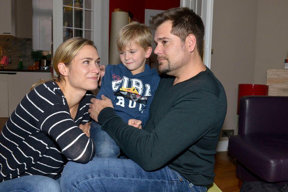 Lea Marlen Woitack und Daniel Fehlow in GZSZ mit dem Serienkind Oskar
