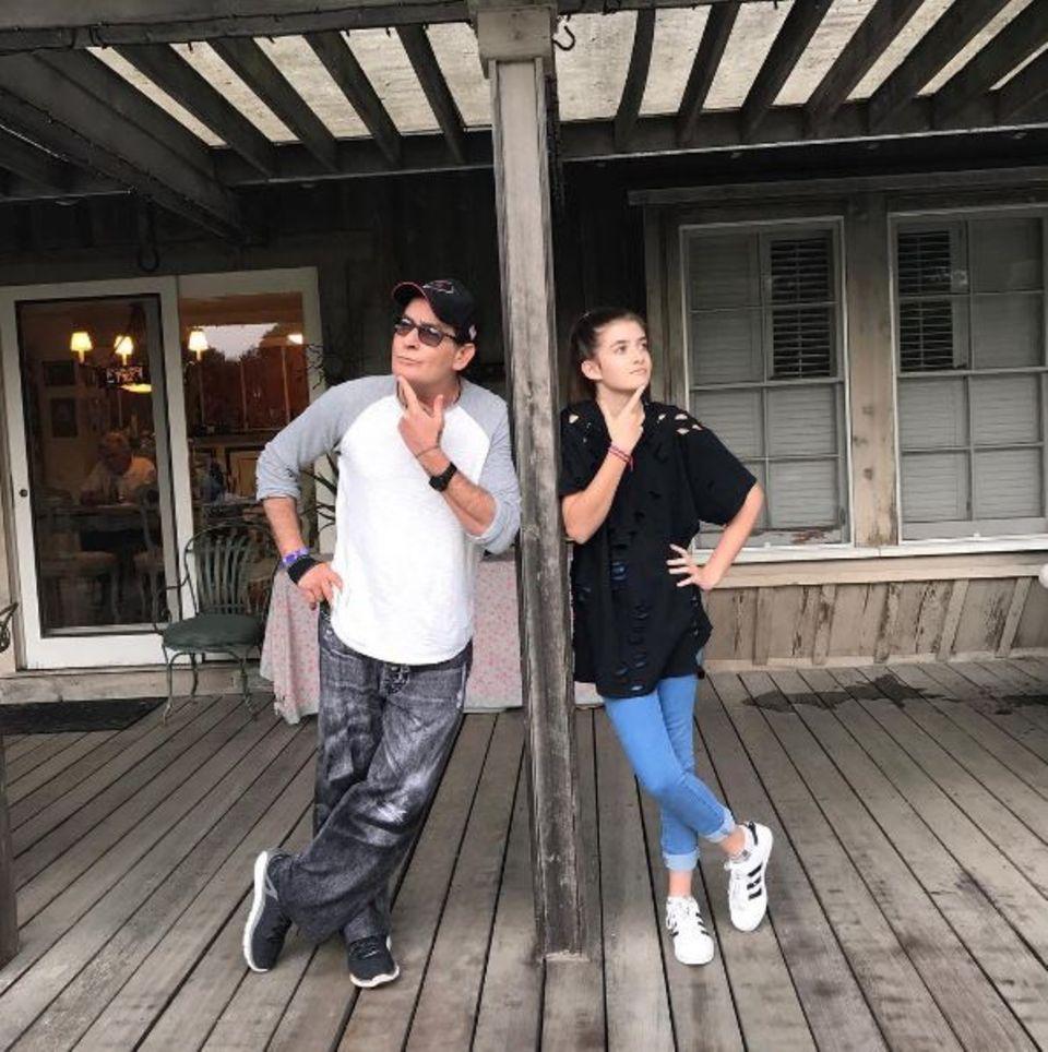 2. Januar 2017  Sam Sheen ist ganz schön groß geworden: Die Tochter von Charlie Sheen und Denise Richards albert mit ihrem Vater um die Wette.