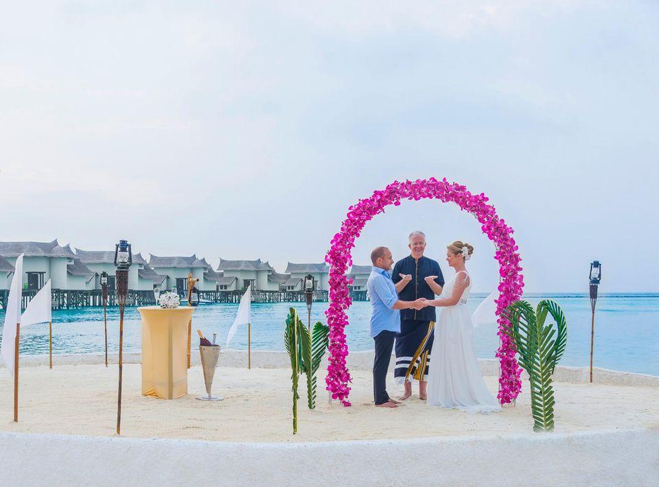 """Am Strand des Resort """"Jumeirah Vittaveli"""" auf den Malediven fand kurz vor dem Jahreswechsel 2016/2017 die inoffizielle Trauungs-Zeremonie statt des """"Cobra11""""-Stars Erdo?an Atalay statt."""