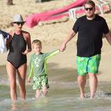 Comedian James Corden, seine Frau Julia und Sohn Max spazieren am Strand von Barbados.
