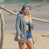 Hilary Duff erfreut sich an einem erfrischenden Drink am Strand von Hawaii.