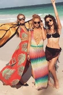 Glitterbabys im Paradies - postet Paris Hilton (links) zu ihrem Strandfoto.
