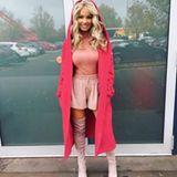 Elle Woods lässt grüßen: Shirin posiert in einem komplett pinken Look und Overknees.